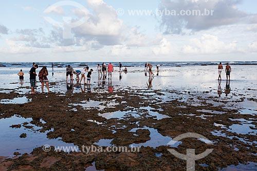 Banhistas na Praia do Portinho  - Mata de São João - Bahia (BA) - Brasil