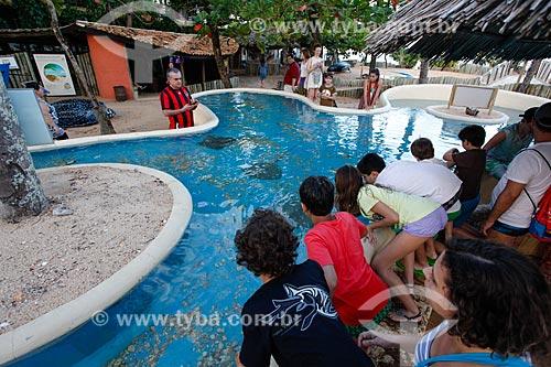 Crianças observando o aquário do Projeto TAMAR  - Mata de São João - Bahia (BA) - Brasil