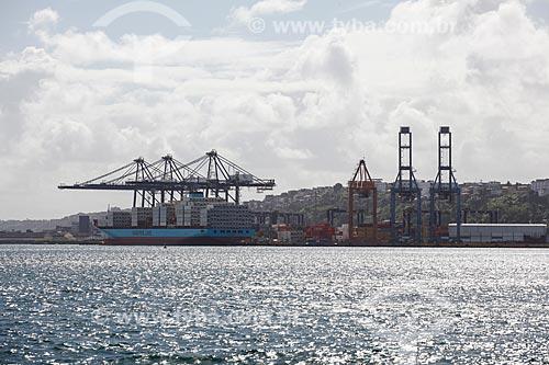 Vista do terminal de contêineres do Porto de Salvador (Companhia das Docas do Estado da Bahia - CODEBA) a partir da Baía de Todos os Santos  - Salvador - Bahia (BA) - Brasil