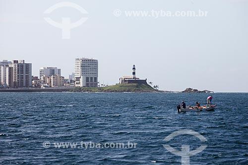 Pescadores na Baia de Todos os Santos com o Forte de Santo Antônio da Barra (1702) ao fundo  - Salvador - Bahia (BA) - Brasil