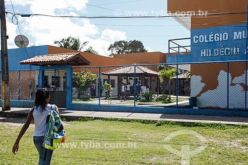 Criança indo para escola de ensino fundamental - Escola Municipal de Boipeba Hildécio Antônio Meireles  - Cairu - Bahia (BA) - Brasil