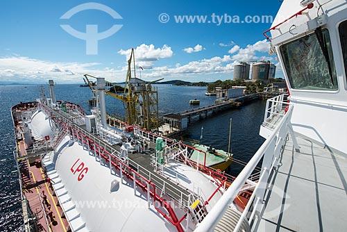Navio gaseiro atracado na Ilha Redonda para operação de carga e descarga - Terminal Aquaviário Baía de Guanabara (TABG)  - Rio de Janeiro - Rio de Janeiro (RJ) - Brasil