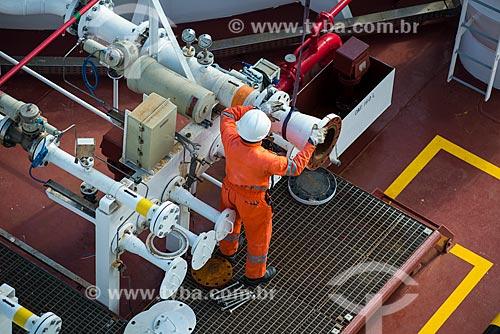Operador preparando o engate do braço de carregamento para operação de carga de navio gaseiro - Terminal Aquaviário Baía de Guanabara (TABG)  - Rio de Janeiro - Rio de Janeiro (RJ) - Brasil
