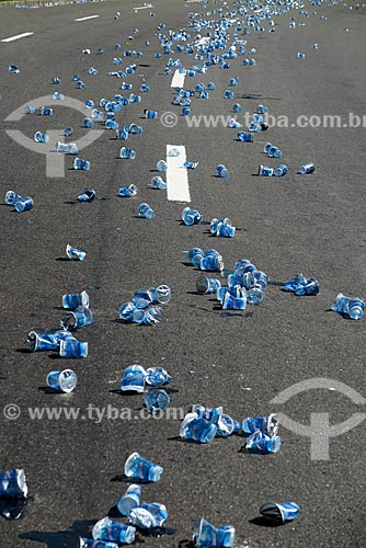 Copos de água vazios jogados na rua após evento esportivo  - Rio de Janeiro - Rio de Janeiro (RJ) - Brasil