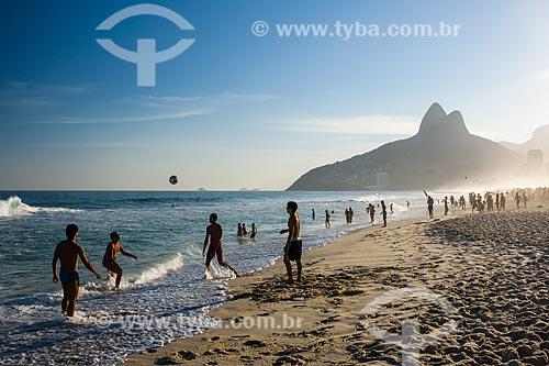 Banhistas na Praia de Ipanema com o Morro Dois Irmãos ao fundo  - Rio de Janeiro - Rio de Janeiro (RJ) - Brasil