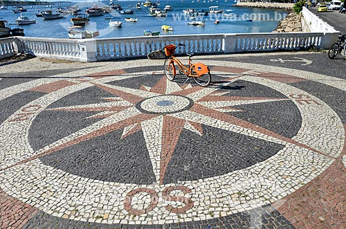 Bicicleta pública - para aluguel - Calçada com Rosa dos Ventos  - Rio de Janeiro - Rio de Janeiro (RJ) - Brasil