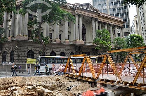 Obras para implantação do VLT (Veículo Leve Sobre Trilhos) na Avenida Rio Branco com o antigo prédio da Caixa de Amortização (1906) - hoje abriga a Gerência do Meio Circulante (MECIR) do Banco Central - ao fundo  - Rio de Janeiro - Rio de Janeiro (RJ) - Brasil