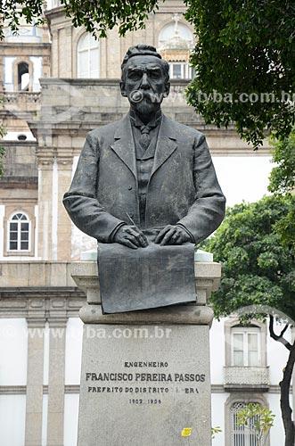 Detalhe do Busto de Francisco Pereira Passos (1914) - engenheiro e ex-prefeito do Rio de Janeiro - com a Igreja de Nossa Senhora da Candelária ao fundo  - Rio de Janeiro - Rio de Janeiro (RJ) - Brasil