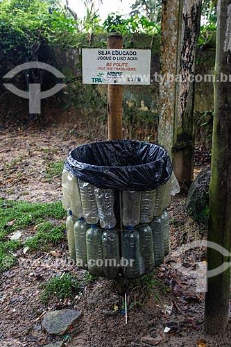 Lixeira feita de material reciclado na trilha do mirante do Morro de São Paulo  - Cairu - Bahia (BA) - Brasil