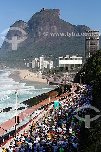 Atletas na Avenida Niemeyer durante a Meia Maratona Internacional do Rio de Janeiro com a Pedra da Gávea ao fundo  - Rio de Janeiro - Rio de Janeiro (RJ) - Brasil