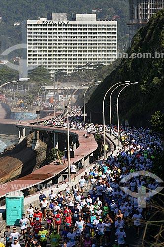 Atletas na Avenida Niemeyer durante a Meia Maratona Internacional do Rio de Janeiro com o Royal Tulip Rio de Janeiro Hotel ao fundo  - Rio de Janeiro - Rio de Janeiro (RJ) - Brasil