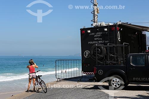 Mulher fotografando a orla da Praia de Ipanema ao lado da Base de Comando Móvel da Polícia Militar  - Rio de Janeiro - Rio de Janeiro (RJ) - Brasil