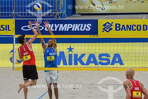 Jogador Marcus bloqueando durante o Rio Open - etapa do Circuito Mundial - evento-teste para os Jogos Olímpicos - Rio 2016 - na Praia de Copacabana  - Rio de Janeiro - Rio de Janeiro (RJ) - Brasil