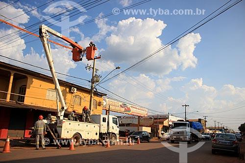 Funcionários da Eletrobras Distribuição Rondônia - antiga Ceron - na Avenida Jatuarana levantando os fios elétricos da rede  - Porto Velho - Rondônia (RO) - Brasil