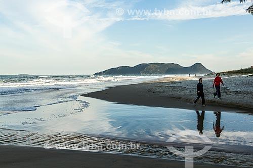 Banhistas caminhando na orla da Praia do Campeche  - Florianópolis - Santa Catarina (SC) - Brasil