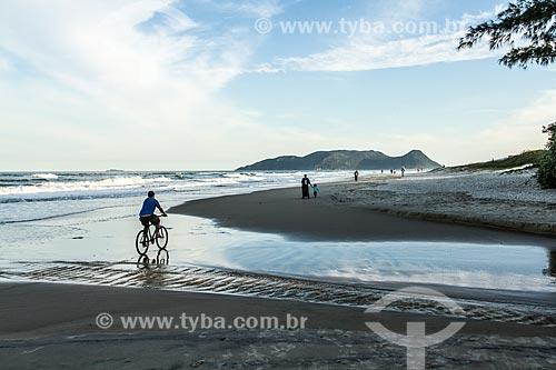 Ciclista na orla da Praia do Campeche  - Florianópolis - Santa Catarina (SC) - Brasil