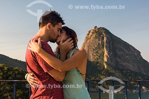Casal se beijando no Forte Duque de Caxias - também conhecido como Forte do Leme - com o Pão de Açúcar ao fundo  - Rio de Janeiro - Rio de Janeiro (RJ) - Brasil