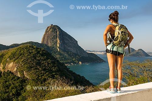 Mulher no Forte Duque de Caxias - também conhecido como Forte do Leme - com o Pão de Açúcar ao fundo  - Rio de Janeiro - Rio de Janeiro (RJ) - Brasil