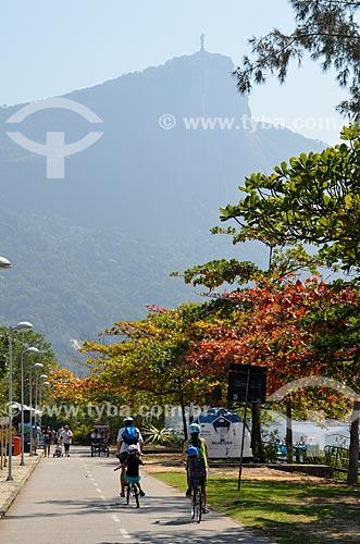 Ciclistas na ciclovia da Lagoa Rodrigo de Freitas com a bilheteria da Floatball - pedalinho elétrico em forma de bola de futebol - à direita  - Rio de Janeiro - Rio de Janeiro (RJ) - Brasil