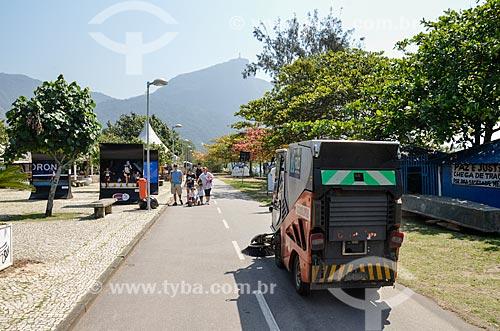 Varredeira na ciclovia da Lagoa Rodrigo de Freitas  - Rio de Janeiro - Rio de Janeiro (RJ) - Brasil