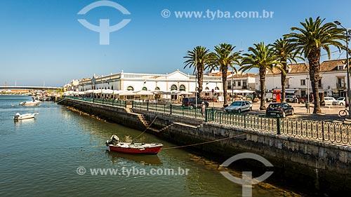 Vista do Rio Gilão com o mercado municipal da freguesia de Tavira ao fundo  - Concelho de Tavira - Distrito de Faro - Portugal
