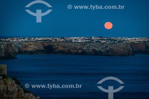 Lua vermelha em anoitece na freguesia de Sagres  - Concelho de Vila do Bispo - Distrito de Faro - Portugal