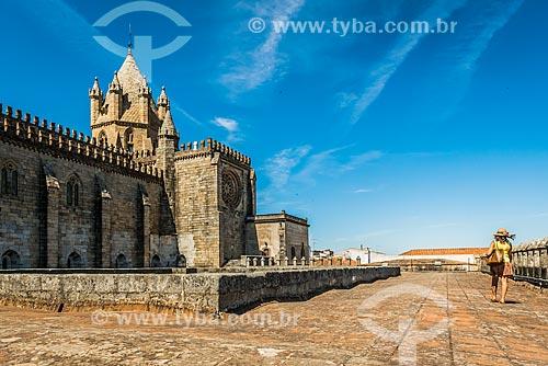 Vista da Basílica Sé de Nossa Senhora da Assunção (1250) a partir do pátio  - Concelho de Évora - Distrito de Évora - Portugal