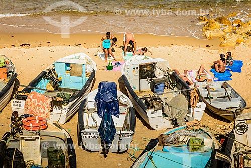 Banhistas e barcos na orla da praia na Península de Baleal  - Concelho de Peniche - Distrito de Leiria - Portugal