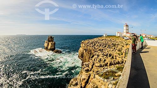Vista do Cabo Carvoeiro com a formação rochosa conhecida como Nau dos Corvos - à esquerda - e o farol - à direita  - Concelho de Peniche - Distrito de Leiria - Portugal