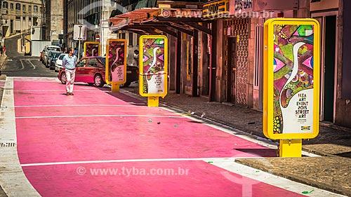 Trecho da Rua Nova de Carvalho - Intervenção urbana chamada de Rua Cor-de-Rosa, transformada em uma galeria a céu aberto  - Lisboa - Distrito de Lisboa - Portugal