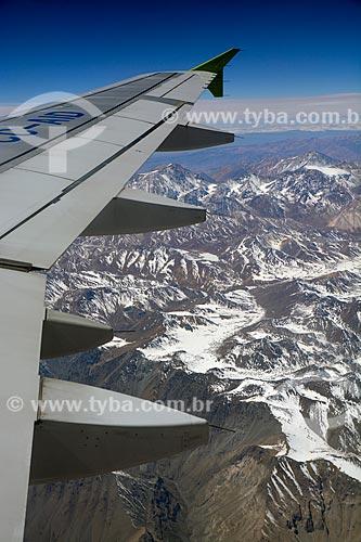 Vista de asa de avião durante o sobrevoo às Cordilheira dos Andes  - Chile