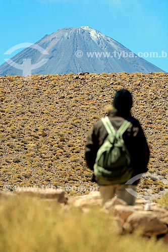 Turista no deserto do Atacama com o Vulcão Licancabur ao fundo  - San Pedro de Atacama - Província de El Loa - Chile