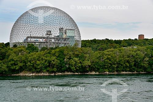 Vista do St Lawrence River (Rio São Lourenço ou Fleuve Saint-Laurent em Francês) com o Biosphere (Biosfera de Montreal ou Montreal Biosphère em Francês)  - Montreal - Província de Quebec - Canadá