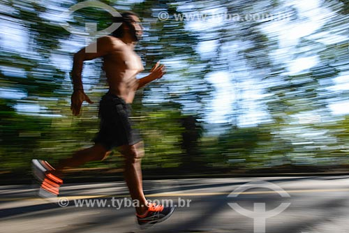 Homem correndo na Estrada das Paineiras - próximo à Vista Chinesa  - Rio de Janeiro - Rio de Janeiro (RJ) - Brasil