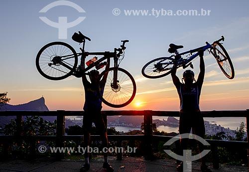 Ciclistas na Vista Chinesa no Parque Nacional da Tijuca com o Cristo Redentor ao fundo  - Rio de Janeiro - Rio de Janeiro (RJ) - Brasil