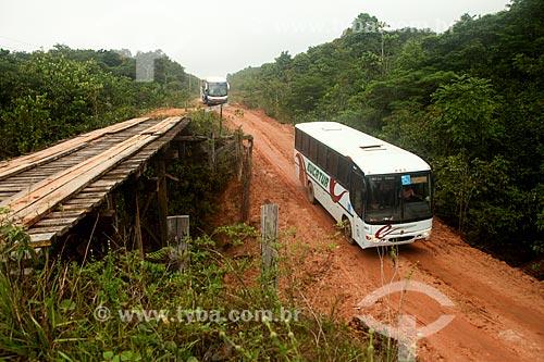 Ônibus pegando o desvio na Rodovia BR-319 - entre Manaus Humaitá  - Manaus - Amazonas (AM) - Brasil