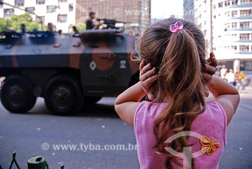 Menina tapando os ouvidos durante o desfile em comemoração ao Sete de Setembro  - Rio de Janeiro - Rio de Janeiro (RJ) - Brasil