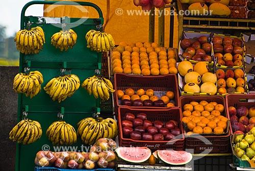 Frutas à venda em barraca de rua  - Porto Alegre - Rio Grande do Sul (RS) - Brasil