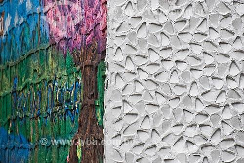 Detalhe de muro com textura e grafite  - Porto Alegre - Rio Grande do Sul (RS) - Brasil