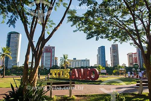 Letreiro com os dizeres: The Amo, no Parque Potycabana com prédios ao fundo  - Teresina - Piauí (PI) - Brasil
