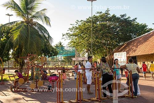 Pessoas na academia ao ar livre do Parque Potycabana  - Teresina - Piauí (PI) - Brasil