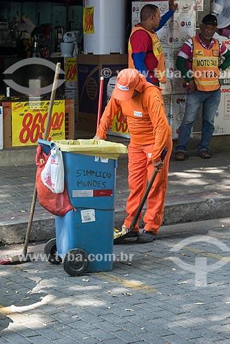 Gari varrendo a Praça Barão do Rio Branco  - Teresina - Piauí (PI) - Brasil