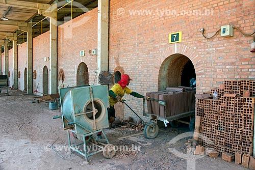 Trabalhador colocando telhas do forno de olaria  - Nazária - Piauí (PI) - Brasil