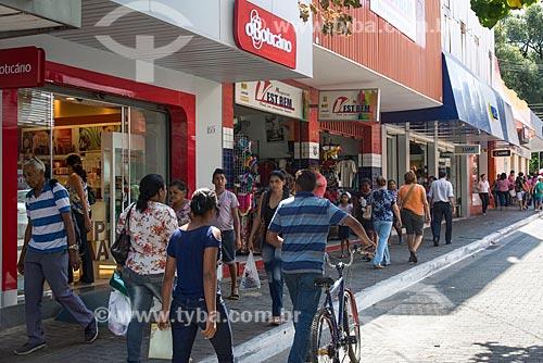 Pessoas protegendo-se do sol embaixo da marquise na Rua Simplício Mendes  - Teresina - Piauí (PI) - Brasil