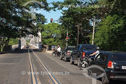 Carros agurdando o semáforo para acessar a Ponte João Luís Ferreira - também conhecida como Ponte Metálica - sobre o Rio Parnaíba  - Teresina - Piauí (PI) - Brasil