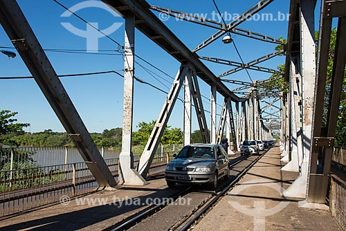 Carros na Ponte João Luís Ferreira - também conhecida como Ponte Metálica - sobre o Rio Parnaíba  - Teresina - Piauí (PI) - Brasil