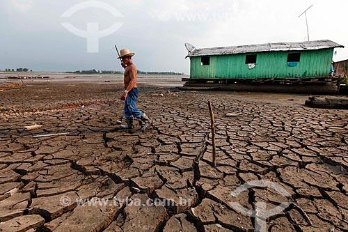 Ribeirinho caminhando no Lago do Aleixo - afluente do Rio Amazonas - durante o período de seca  - Manaus - Amazonas (AM) - Brasil