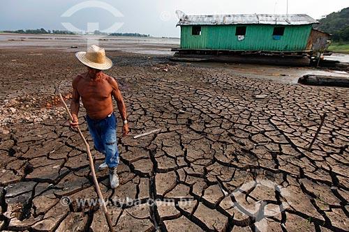 Ribeirinho caminhando no Rio Amazonas durante o período de seca  - Manaus - Amazonas (AM) - Brasil