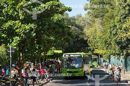 Passageiros embarcando em ônibus na Praça Marechal Deodoro da Fonseca - também conhecida como Praça da Bandeira  - Teresina - Piauí (PI) - Brasil