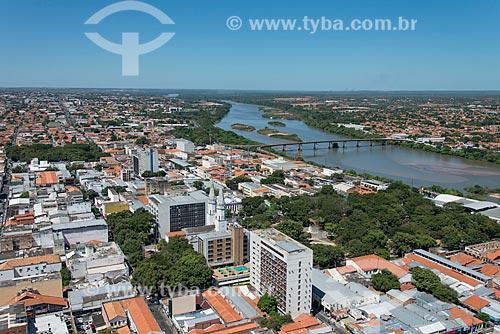 Foto aérea da Igreja de Nossa Senhora do Amparo (1852) com a Praça Marechal Deodoro da Fonseca e a Ponte Presidente José Sarney - Ponte da Amizade - sobre o Rio Parnaíba  - Teresina - Piauí (PI) - Brasil